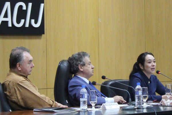 Delegada-Tania-Harada-apresenta-dados-na-Acij-