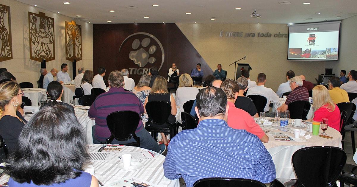 Painel-do-Gestao-Compartilhada-com-colunistas-Estela-Beneti-e-Claudio-Loetz-acij-2018